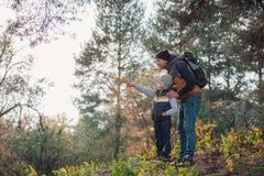 père et fils se dirigeant avec le doigt tout en augmentant ensemble image libre de droits