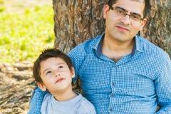 Père et fils sous un arbre en été Photo libre de droits