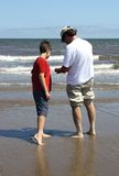 Père et fils sur la plage Photographie stock
