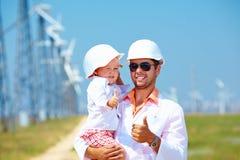 Père et fils sur la station d'énergie éolienne Images stock