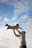 Père et fils sur le fond de ciel Image libre de droits