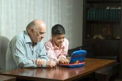 Père et fils sur le jeu de table - Horizo Photo stock