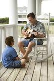 Père et fils sur le porche Photo stock