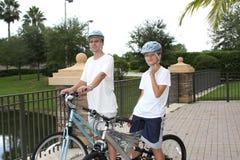 Père et fils sur les vélos image libre de droits