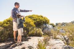Père et fils trimardant dans les montagnes Photo libre de droits