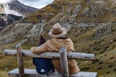 Père et fils utilisant un chapeau appréciant les montagnes Durmi d'automne Photo stock