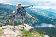 Père et fils voyageant en montagnes Bulgarie de Rila Photographie stock