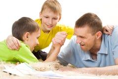 Père et frères sur le tapis Image libre de droits
