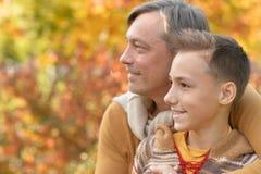 Père et garçon en parc Photo stock