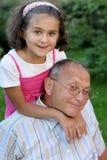 Père et gosse heureux à l'extérieur Images libres de droits