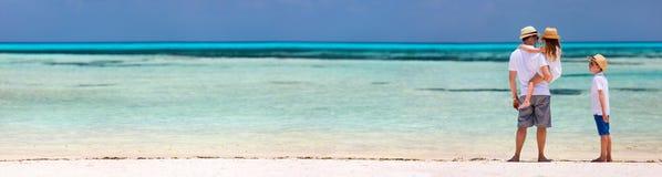 Père et gosses à la plage photos stock