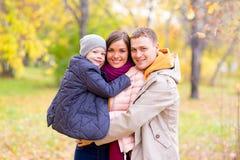 Père et mère avec le jeune fils sur des mains Autumn Park Images libres de droits