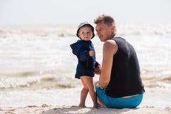 Père et petit bébé garçon à la plage photos libres de droits