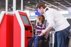 Père et petit fils à l'aéroport, voyageant ensemble Images stock
