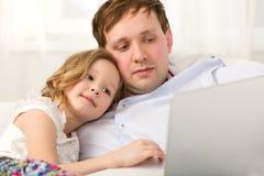 Père et petite fille à l'aide de l'ordinateur portable Photo stock