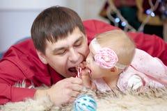 Père et petite fille de bébé jouant dans le salon de Noël Photos libres de droits
