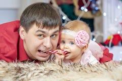 Père et petite fille de bébé jouant dans le salon de Noël Photographie stock