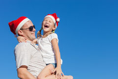 Père et petite fille jouant près d'une maison Image stock