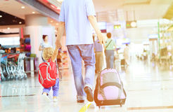 Père et petite fille marchant dans l'aéroport Images libres de droits