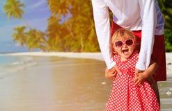 Père et petite fille mignonne à la plage Image stock