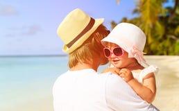 Père et petite fille mignonne à la plage Photos stock