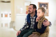 Père et petite fille regardant des peintures d'art Photo libre de droits