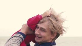 Père et petite fille sur la plage  banque de vidéos