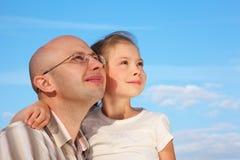 Père et petite fille sur le fond de ciel Photo libre de droits