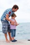 Père et poissons pêchés par fils Photographie stock