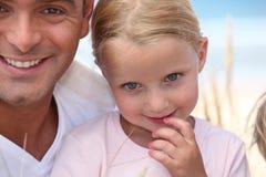 Père et sa fille sur la plage. photographie stock libre de droits