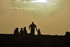 Père et ses cinq enfants au coucher du soleil Photographie stock