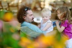 Père et ses filles dans le restaurant extérieur Images libres de droits