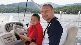 Père et soleil sur le bateau Images stock