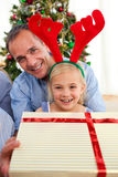 Père et son cadeau de Noël d'ouverture de descendant Photo stock