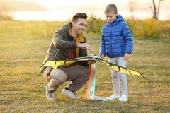 Père et son fils avec le cerf-volant Photographie stock