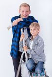 Père et son fils pendant la rénovation de maison Image stock