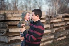 Père et son fils pleurant Photos stock