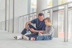 Père et son petit fils faisant une pause après la formation photographie stock libre de droits