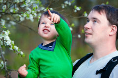 Père et son petit stationnement de fils au printemps Photographie stock libre de droits