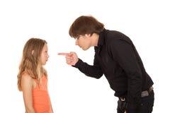 Père fâché dirigeant le doigt à son enfant Image stock