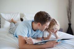 Père faisant des exercices du relevé avec son fils Images stock