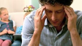 Père fatigué ayant un mal de tête clips vidéos