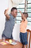 Père fier de son fils image stock