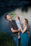 Père, fille et mère enceinte ayant l'amusement dehors Photos stock