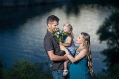 Père, fille et mère enceinte ayant l'amusement dehors Photographie stock