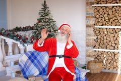 Père gai Christmas félicitant en vacances par le smartphon photographie stock