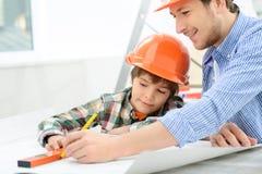 Père gai et fils faisant la rénovation Photo stock