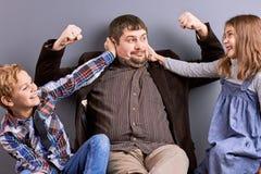 Père gai jouant avec des enfants Photo libre de droits