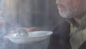 Père handicapé de visite de soin et alimentation de fille de lui avec le gruau de farine d'avoine banque de vidéos