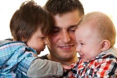 Père heureux avec des bébés image stock